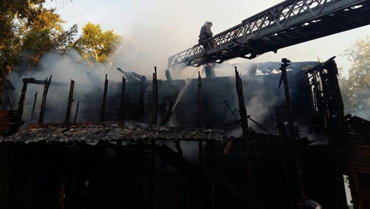 ВТомске изгорящего шестиквартирного дома пожарные спасли мужчину иженщину