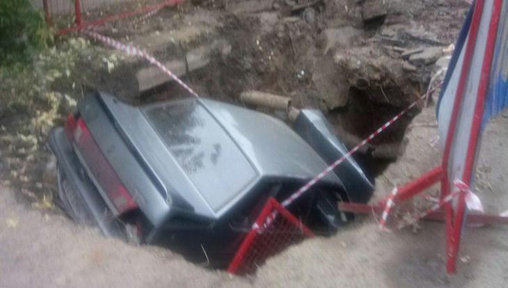 Шофёр «ВАЗа» съехал вразрытую коммунальщиками яму вТомске