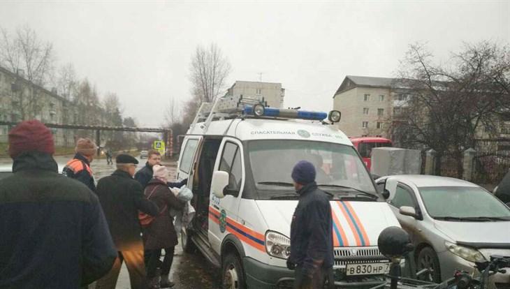 Томские пожарные вывели излеса потерявшуюся женщину сдетьми