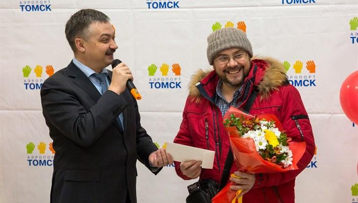 Работники томского аэропорта угостили тортом 600-тысячного пассажира