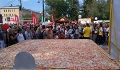 Огромная пицца и герб города из блинов стали рекордами Дня томича