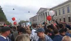 Полтора центнера пирожных картошка раскидали на День томича: видео
