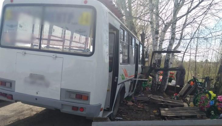 Маршрутка врезалась в дерево на Бактине в Томске, пострадала женщина