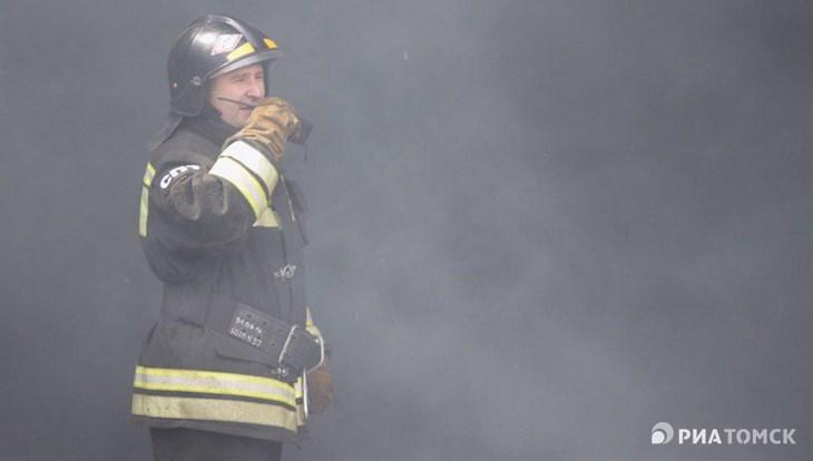 Пожарные эвакуировали 8 человек из горящего дома-памятника в Томске