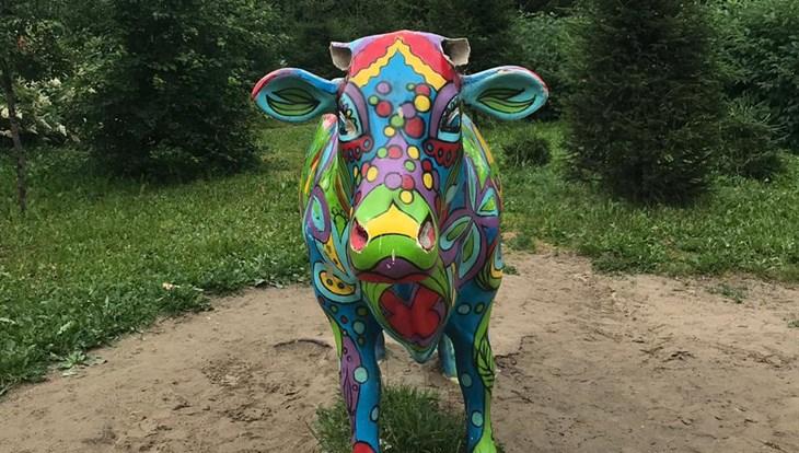 Вандалы оставили скульптуру коровы без рогов в парке в Томске