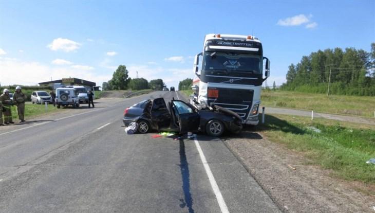 Один погиб и трое пострадали в ДТП с грузовиком на томской трассе