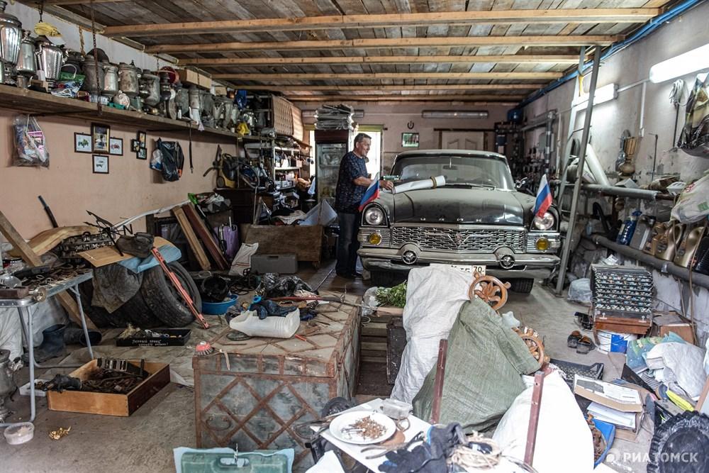 Мухутдинов реставрирует машины, например, в его коллекции есть автомобиль Чайка, на котором ездил Егор Лигачев. Еще в гараже хранятся несколько сотен подков, самовары, сундуки.