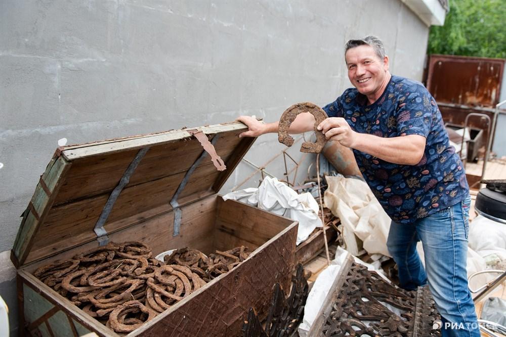 Я ничем не брезгую, вот водосточная труба старинная, у нее кованый ухват, его забивали в стену, чтобы держались трубы. Тоже буду показывать.