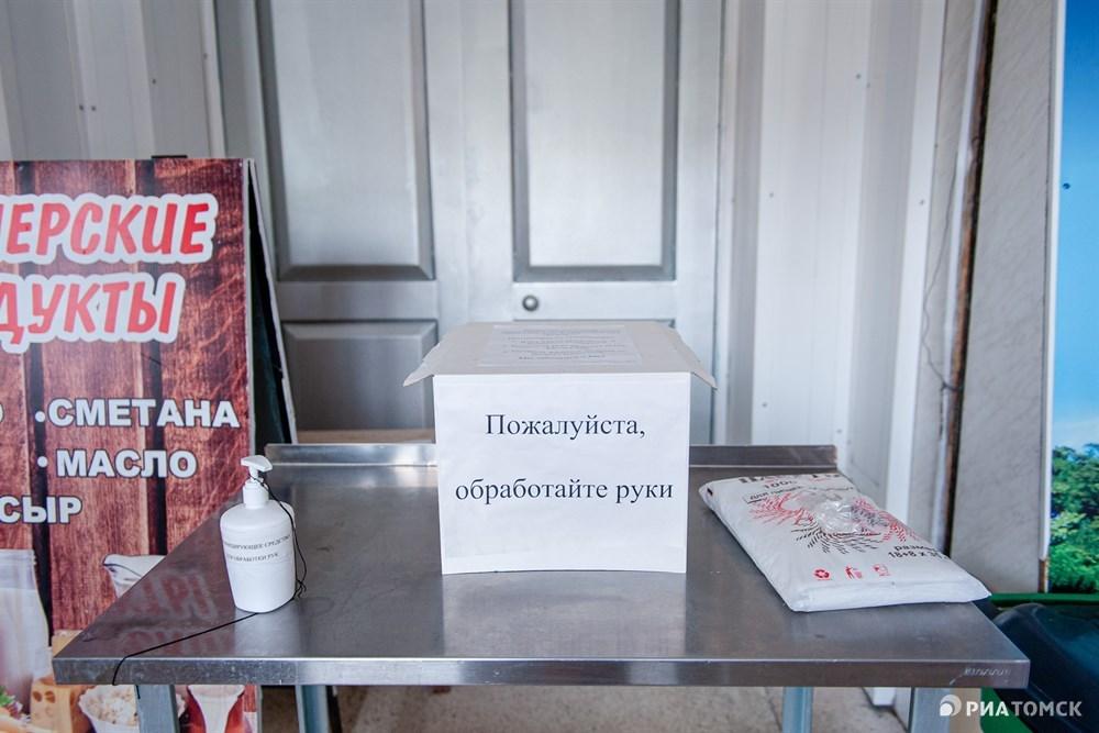 Также в тамбуре каждый может бесплатно взять маску, перчатки и обработать руки антисептиком.