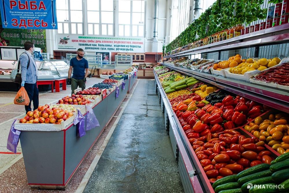 Нам приходилось идти на крайности. У меня товара – фруктов и овощей – примерно на 600-700 тысяч рублей. Нам разрешили торговать на улице, пришлось так и сделать. Выбора не было, – рассказал продавец Абдумали.