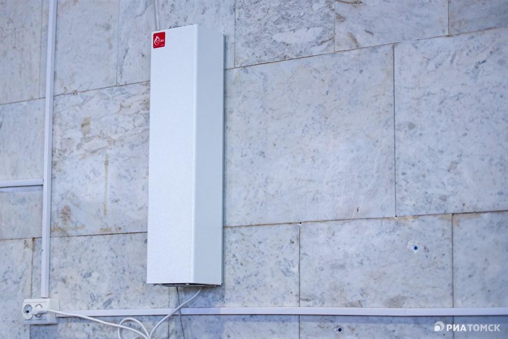 На стенах специальные облучатели, которые дезинфицируют воздух, всего в здании Центрального рынка таких аппаратов шесть.