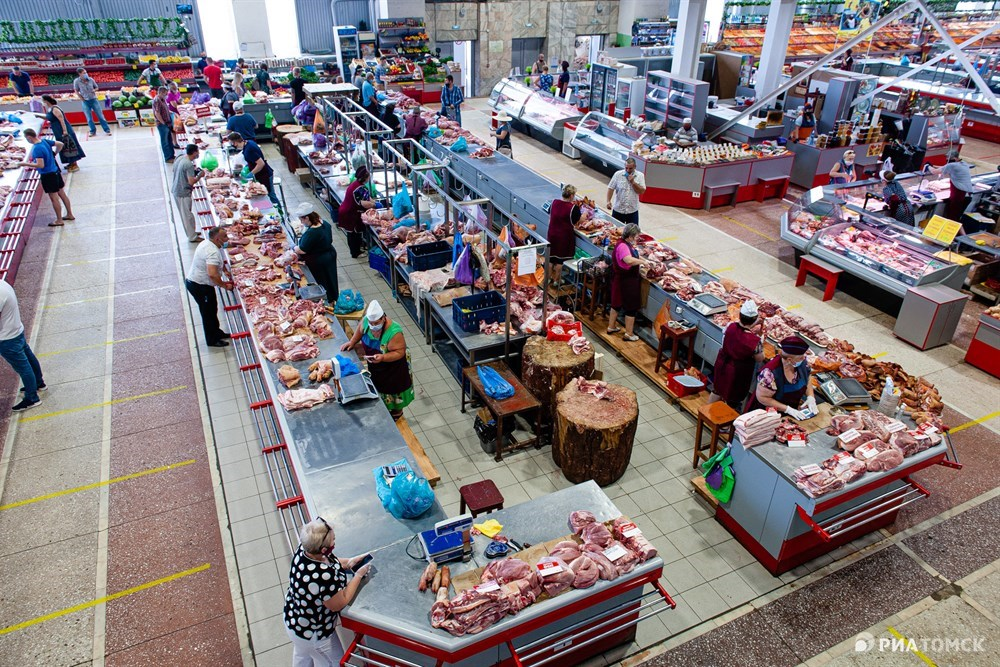 В субботу на Центральном рынке обычно не протолкнуться: покупатели ходят между прилавками туда-сюда, выбирая самый лакомый кусочек, продавцы постоянно что-то кричат друг другу, бабушки отсчитывают мелочь. Но сегодня здесь тихо – лишь единицы знают, что рынок снова работает.