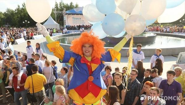 Томичи смогут пробежаться в гигантских штанах на празднике клоунов