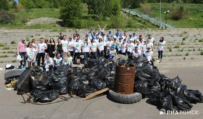 Томские студенты на скорость очистили Лагерный сад от 500 кг мусора