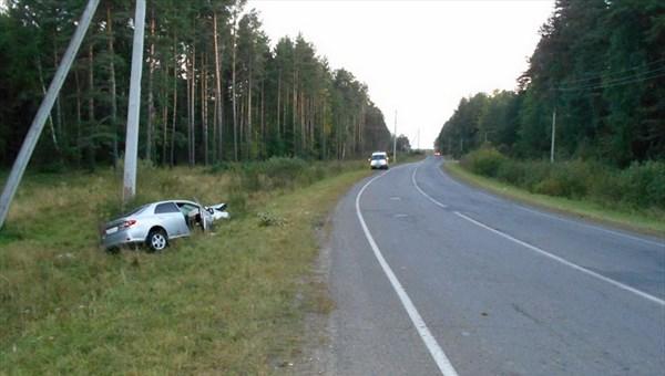 Иномарка врезалась в столб под Томском, пострадали двое