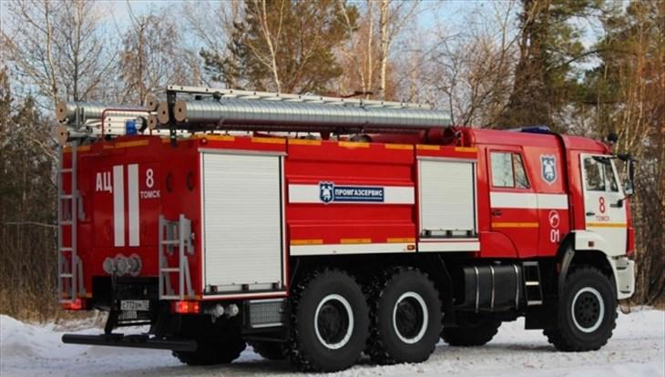 Пожарные больше двух часов тушили мебельный цех в Томске