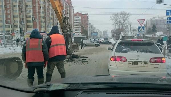 Работники «Томскводоканала» устранили свищ на улице Сибирской