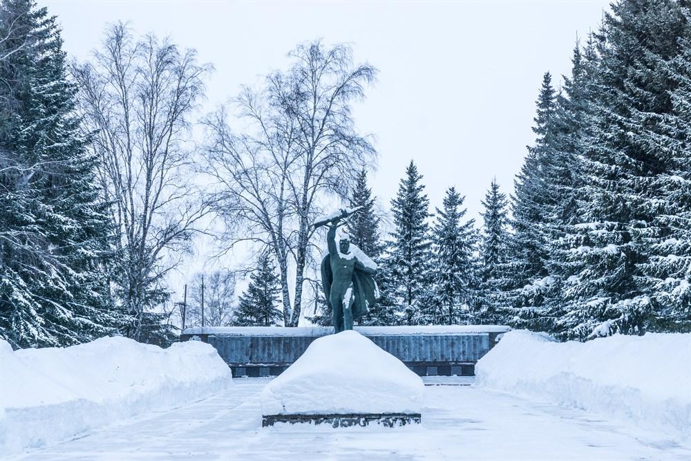 Парабельский район – один из самых северных в Томской области. На площади более 35 тысяч квадратных километров проживают 12,4 тысячи человек. Райцентром является село Парабель (320 километров от областного центра). На территории района добывают нефть и газ, ведется лесозаготовка и сбор дикоросов.