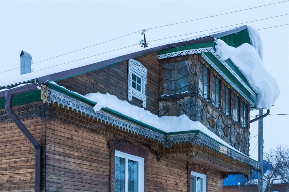 Причина №2 – удивительная архитектура. Здесь сохранились деревянные дома, построенные более 100 лет назад, и в достаточно хорошем состоянии – уникальная резьба, наличники... К тому же со многими из этих домов связаны старинные легенды, которые приезжим готовы рассказать местные жители.