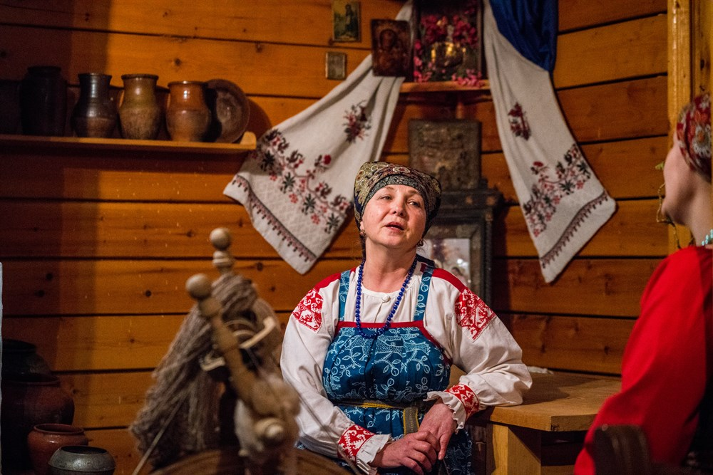 Но что действительно отличает краеведческий музей Парабели от других – посетители здесь не просто зрители. Если пожелаете, вас научат прясть на настоящем веретене, дадут подержать в руках средневековые инструменты и споют вам старинные песни.