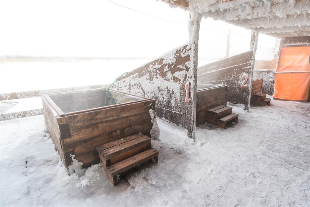 И еще одна изюминка района – горячие источники. По словам местных жителей, они обладают целебной силой и способны привести тело в тонус и вернуть молодость. Так ли это – предлагаем вам проверить самим. От себя лишь добавим, что сидеть в горячей ванне с видом на ледяную пустошь – просто незабываемо.