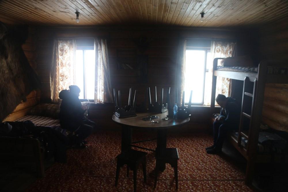 Стоит отметить и местные отели. В отличие от привычных многоэтажных зданий, здесь гости, как истинные северяне, смогут пожить в уютной бревенчатой избе с камином и медвежьими шкурами на стенах.
