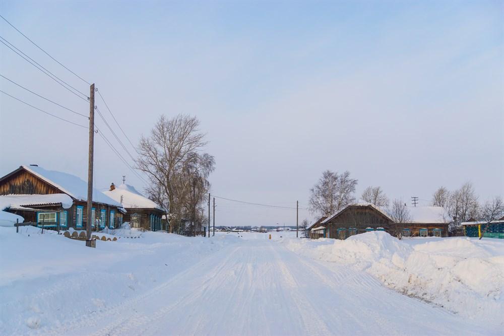 И первая причина провести отпуск в Парабельском районе: здесь красиво, в том числе и зимой. Заснеженные кедры и ели, припорошенные снегом избушки и свежий воздух – настоящая деревенская идиллия.