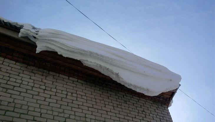 Томские власти обязали районы усилить работу по очистке крыш от снега