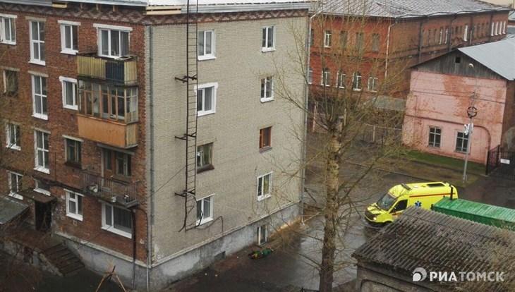 Рабочий упал с крыши 4-этажного дома в центре Томска