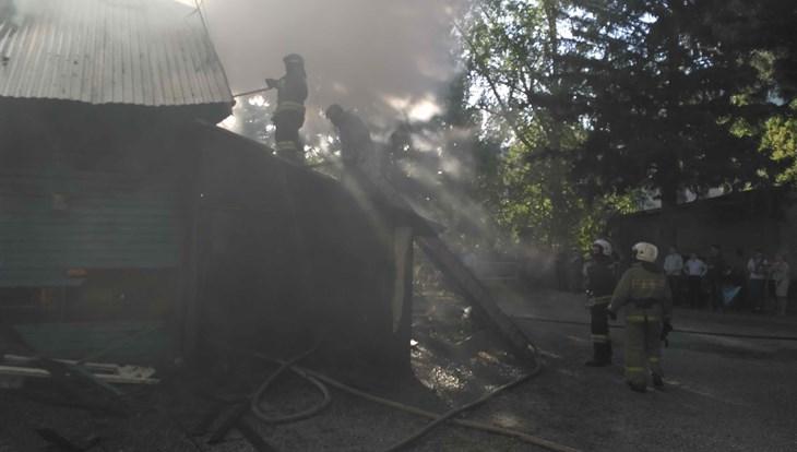 Дом священника горит на территории Петропавловского собора в Томске