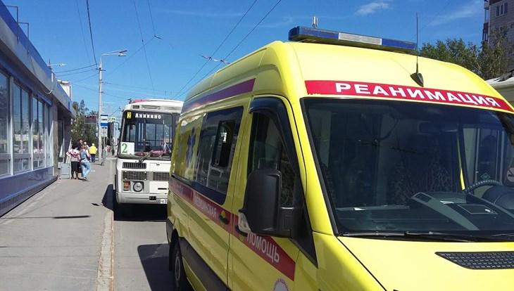 Томичка с двумя детьми упали при выходе из маршрутного автобуса