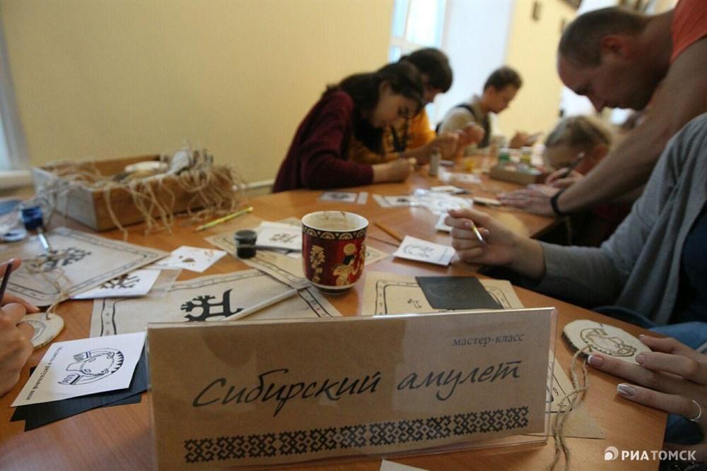 Любители создавать интересные штуковины своими руками практиковались в изготовлении амулетов.