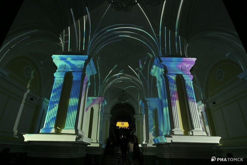 В честь празника на здании главного корпуса ТГУ показывали световое 3D-шоу.