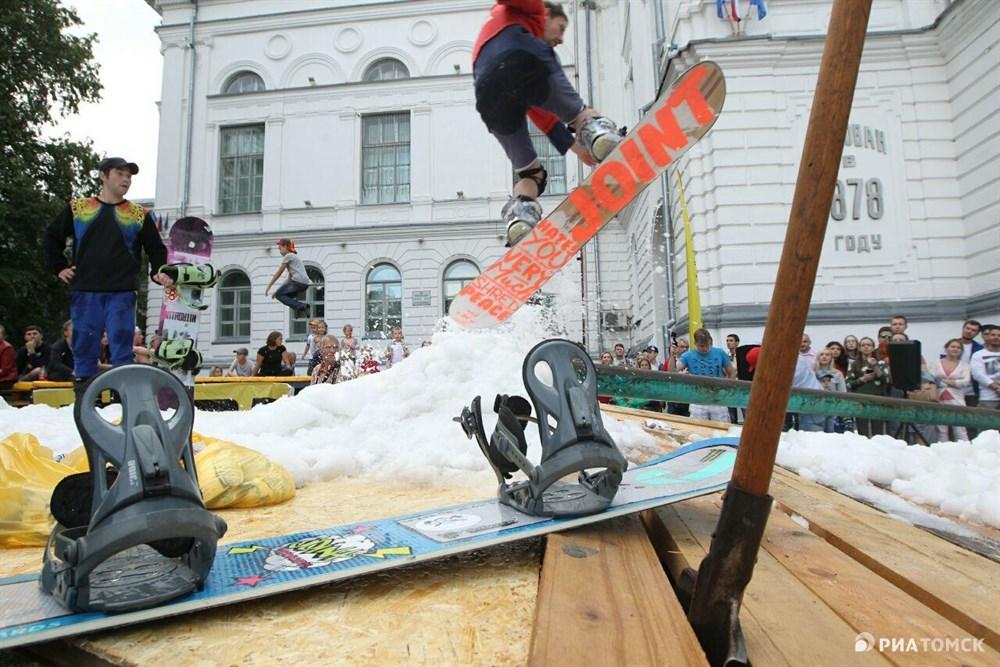 На площадке перед ТГУ могли покататься даже сноубордисты, для которых специально соорудили горку и остров из искусственного снега.
