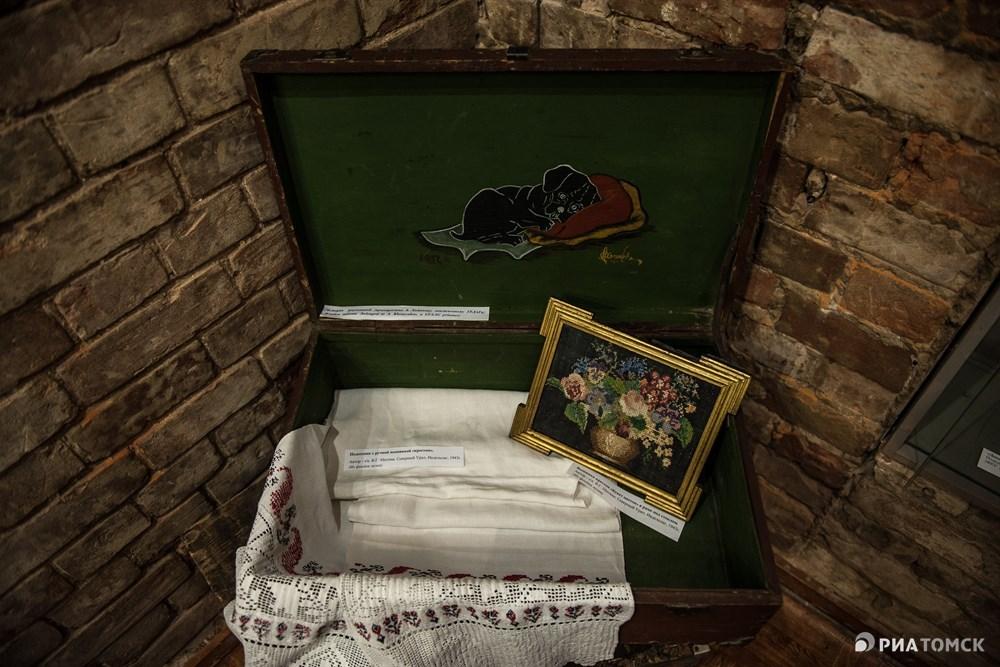 Всего на выставке представлено 25 экспонатов. На фото: чемодан с изображением спящего на подушке щенка. Как рассказал директор мемориального музея Василий Ханевич, автор погиб в ГУЛАГе.