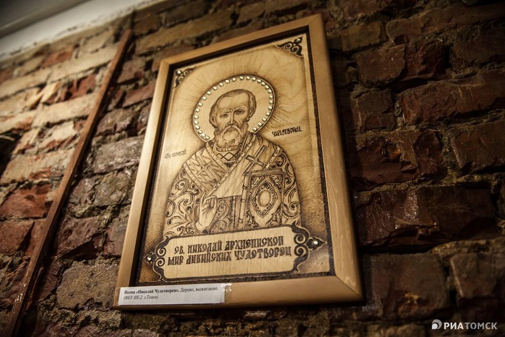 Среди экспонатов немало икон. Открываются в учреждениях церкви – они тоже украшаются… И иконы изготавливаются самими заключенными, – пояснил собеседник агенства.