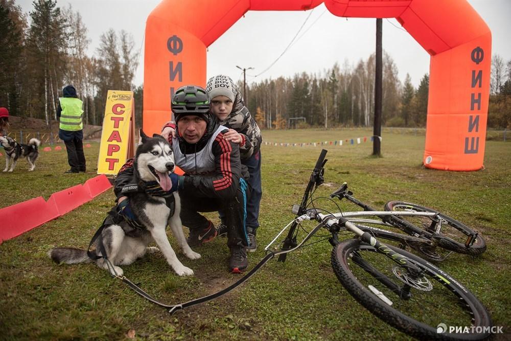 В этом году в соревнованиях принимают участие 80 человек и 100 собак со всей Сибири: Новосибирск, Кемерово, Томск, Северск, Белый Яр, Мельниково. Многие приехали в Томск целыми семьями.