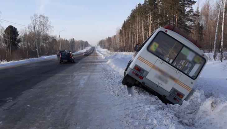 Маршрутка с 10 пассажирами съехала в кювет на трассе Томск–Аэропорт