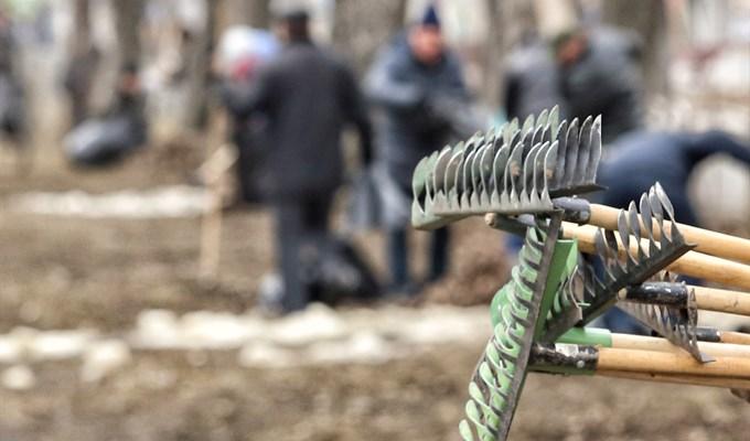 Предприятия Томска вышли на уборку городских парков и скверов